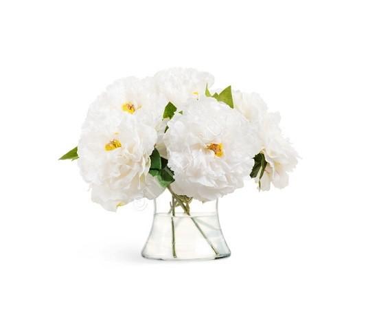 5 белых пионов в стеклянной вазе с водой фото